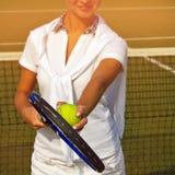 Mulher consideravelmente nova do jogador de tênis que joga o tênis Imagens de Stock Royalty Free