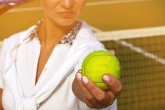 Mulher consideravelmente nova do jogador de tênis que joga o tênis no dia do sammer Fotografia de Stock Royalty Free