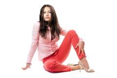 Mulher consideravelmente nova em calças de brim vermelhas foto de stock royalty free