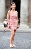 Mulher consideravelmente nova em Roma Italy Fotografia de Stock