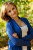 Mulher consideravelmente nova em um pulôver azul imagens de stock royalty free