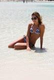 Mulher consideravelmente nova na praia fotografia de stock royalty free