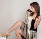 Mulher consideravelmente nova no vestido e nos saltos imagens de stock royalty free