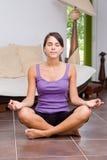 Mulher consideravelmente nova que meditating Imagens de Stock
