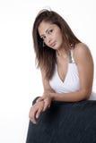 Mulher consideravelmente nova que relaxa Fotografia de Stock Royalty Free