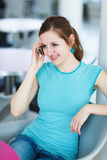 Mulher consideravelmente nova que usa seu telefone móvel Foto de Stock