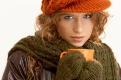 A mulher consideravelmente nova vestiu acima o chá bebendo morno Fotografia de Stock Royalty Free