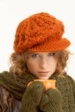 A mulher consideravelmente nova vestiu acima o chá bebendo morno Imagem de Stock