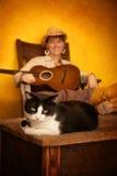 Mulher consideravelmente ocidental com guitarra e gato Foto de Stock Royalty Free