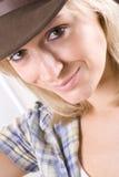 Mulher consideravelmente ocidental na camisa e no chapéu do cowboy imagem de stock royalty free
