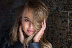 Mulher consideravelmente 'sexy' dos jovens no casaco de cabedal, gir do moderno do estilo de vida imagem de stock
