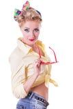 Mulher consideravelmente vermelha-heaed do pinup com vidros fotografia de stock
