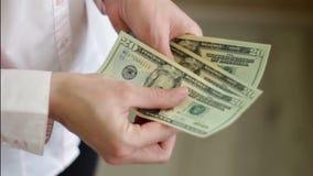 A mulher conta o dinheiro em suas mãos filme
