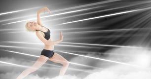 Mulher contemporânea da expressão do dançarino com linhas dramáticas de incandescência vívidas do movimento fotografia de stock