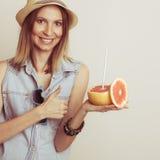 Mulher contente no chapéu com óculos de sol e toranja Imagem de Stock