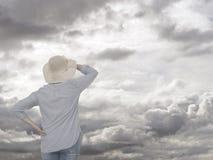 Mulher contra o céu cinzento Conceito futuro anticipando Imagens de Stock Royalty Free