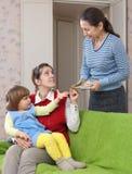 A mulher contrata o baby-sitter para sua criança Foto de Stock Royalty Free