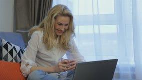 A mulher conversa no portátil em casa filme