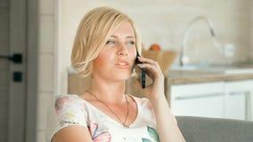 A mulher conversa no telefone video estoque