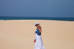 A mulher convida à praia Fotografia de Stock Royalty Free