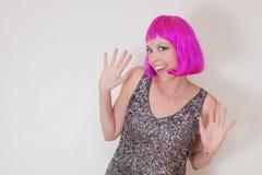 Mulher cor-de-rosa do partido da peruca foto de stock