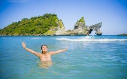 Mulher coreana asiática feliz e bonita nova do turista que aprecia nadar na ilha tropical da praia do paraíso com wat ciano do ma foto de stock