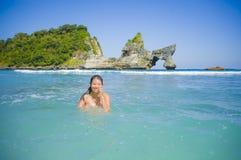 Mulher coreana asiática feliz e bonita nova do turista que aprecia nadar na ilha tropical da praia do paraíso com wat ciano do ma imagens de stock royalty free