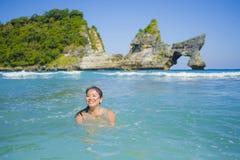 Mulher coreana asiática feliz e bonita nova do turista que aprecia nadar na ilha tropical da praia do paraíso com wat ciano do ma fotografia de stock royalty free