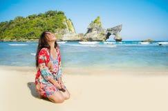 Mulher coreana asiática nova do turista feliz e bonito no vestido do verão que aprecia o levantamento tropical dos feriados da pr imagem de stock royalty free