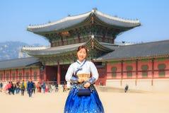 A mulher coreana bonita vestiu Hanbok no palácio de Gyeongbokgung em Seoul foto de stock