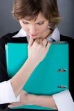 Mulher corporativa com dobrador fotografia de stock royalty free