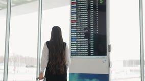 A mulher corre no terminal de aeroporto, shopping da mala de viagem da bagagem da bagagem da mulher de negócio da mulher de negóc filme