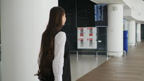 A mulher corre no terminal de aeroporto, shopping da mala de viagem da bagagem da bagagem da mulher de negócio da mulher de negóc video estoque