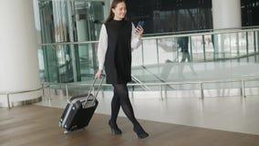 A mulher corre no terminal de aeroporto, shopping da mala de viagem da bagagem da bagagem da mulher de negócio da mulher de negóc vídeos de arquivo