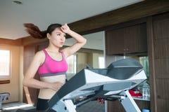Mulher corrida na escada rolante foto de stock