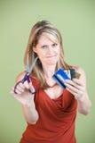 A mulher corta cartões de crédito Imagem de Stock Royalty Free