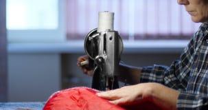 A mulher costura na máquina de costura velha em casa video estoque