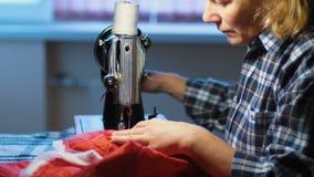 A mulher costura na máquina de costura velha em casa vídeos de arquivo
