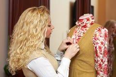 Mulher, costureira que trabalha com mannequin em casa Foto de Stock