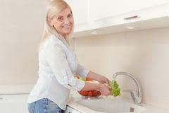 A mulher cozinha a salada para o almoço Imagens de Stock