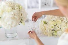 A mulher cria um arranjo floral Imagens de Stock Royalty Free