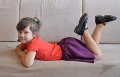 Mulher, criança, sofá, novo, assento, casa, bebê, pequeno, feliz, sofá, bonito, criança, branco, sala, bonito, beleza, pessoa, me fotografia de stock royalty free