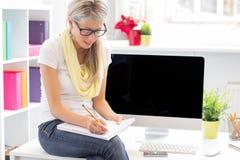 Mulher criativa nova que trabalha no escritório Fotografia de Stock Royalty Free
