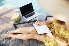 Mulher criativa perto da piscina imagens de stock