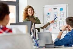 Mulher criativa que mostra a interface de utilizador no escritório foto de stock