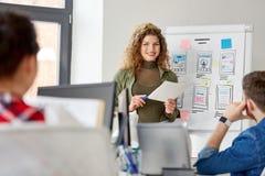 Mulher criativa que mostra a interface de utilizador no escritório fotografia de stock royalty free