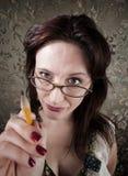 Mulher curiosa que aponta com lápis Foto de Stock Royalty Free