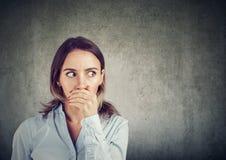 Mulher curiosa que escuta boatos fotos de stock