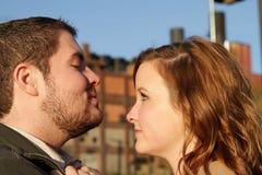 A mulher dá a homem o olhar desafiante Imagens de Stock Royalty Free