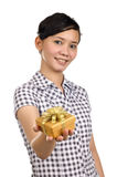 A mulher dá o presente Foto de Stock